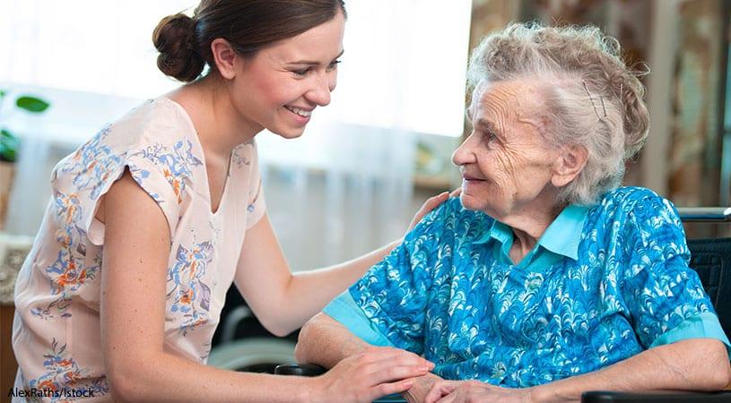 Empregada Doméstica e Cuidadora - mulher cuidando de idosa