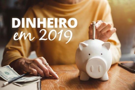 Salário mínimo para 2019 - mulher colocando dinheiro no cofrinho