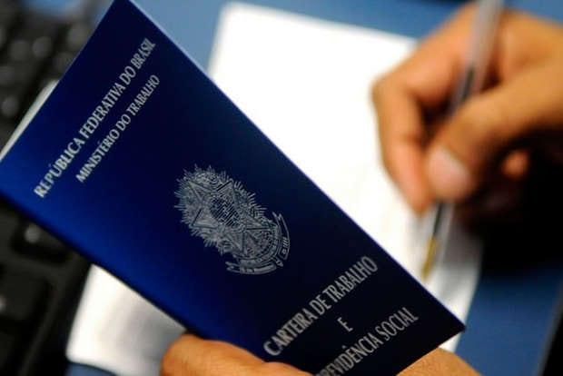 Aviso Prévio do Empregado Doméstico - carteira de trabalho sendo assinada