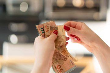 salario minimo para 2019 - mãos contando dinheiro