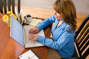 Quais os Direitos da Empregada Doméstica - mulher mexendo no computador