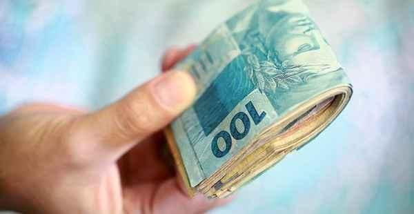 qual o valor do salário mínimo - maço de dinheiro